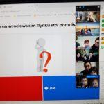 zdjęcie ukazuje planszę z pytaniem quizu Czy na wrocławskich rynku stoi pomnik kata?