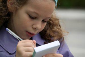 zdjęcie piszącej limeryk dziewczynki